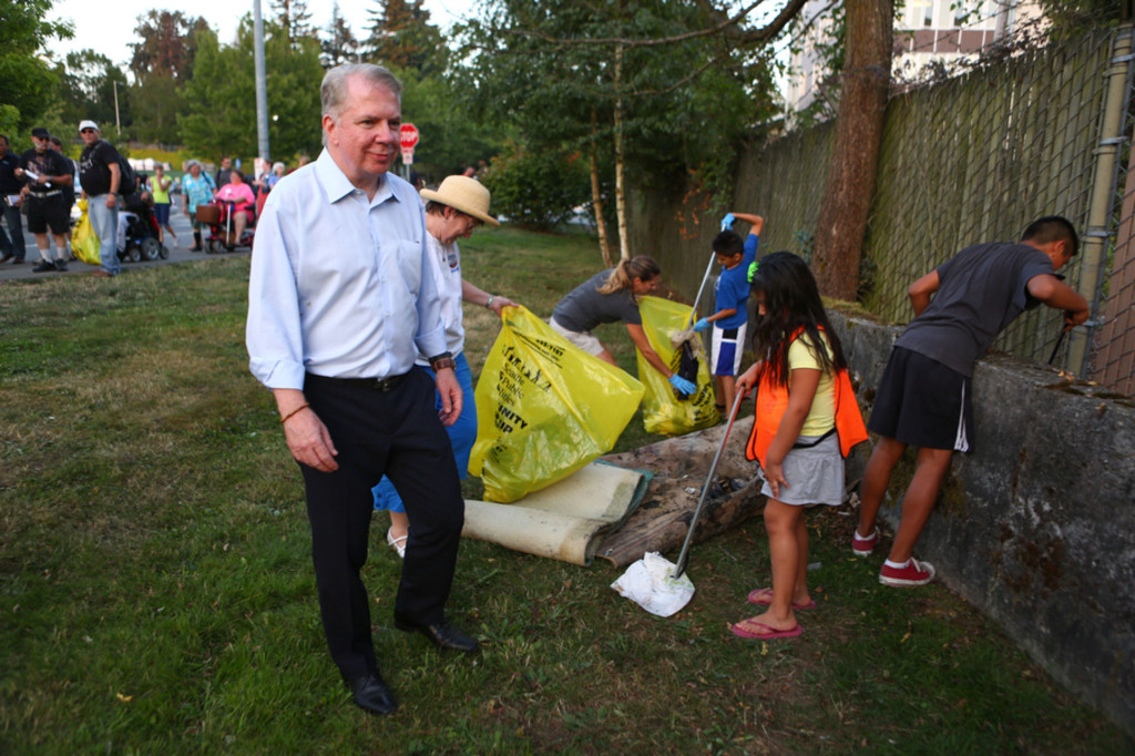 Mayor Murray watches as young volunteers gather piles of trash from a lot at NE 130th and Lake City Way. (LCL photo)